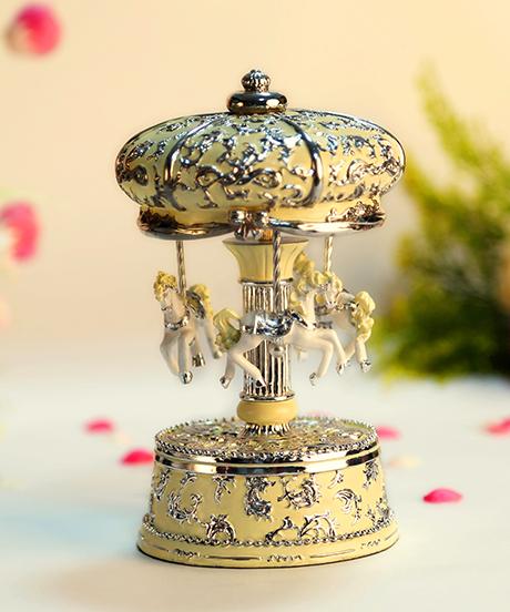 米黄银色皇冠旋转木马音乐盒