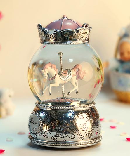 乐加粉红银色皇冠单只旋转木马水晶球音乐盒